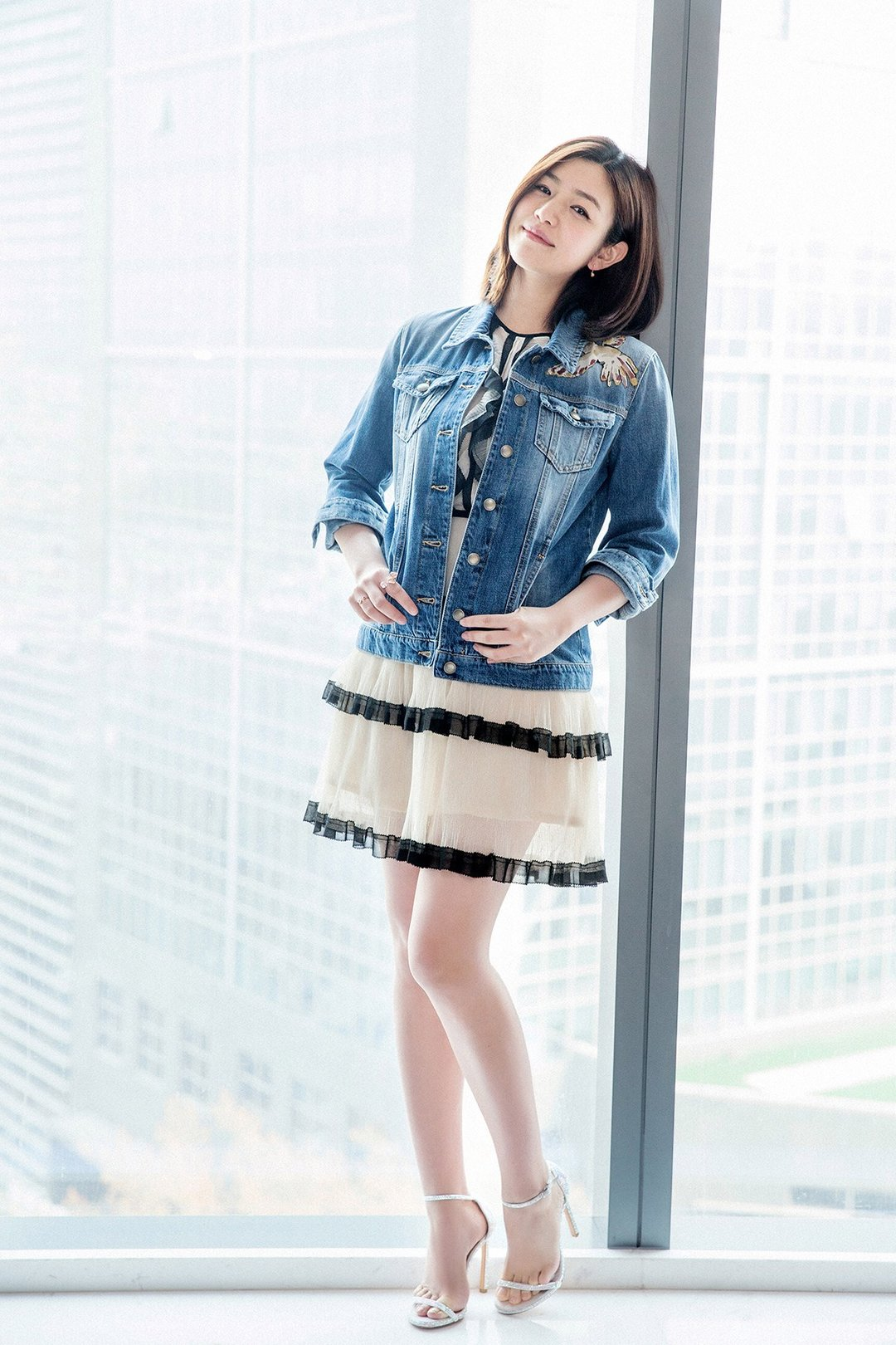 陈妍希短裙秀美腿  梨涡甜笑少女感十足