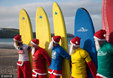 英圣诞老人参加冲浪比赛为慈善筹款_猎奇图片