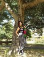 刘晓庆背靠大树凹造型 穿紧身吊带上围傲人_娱乐组图