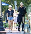 Gaga与新男友出街撒狗粮 反戴棒球帽秀小肚腩_娱乐组图