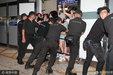 韩团EXO凌晨抵港 500粉丝接机数人跌倒五名保安在场维持秩序_娱乐组图