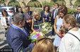 64岁法国第一夫人随总统老公现身 获左右护驾_八卦爆料