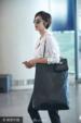 张俪一身休闲装扮背超大size包包现身机场 侧分短发帅气满分_娱乐组图