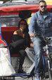 考特妮与小男友甜蜜游巴黎 坐电动三轮游览超接地气_娱乐组图