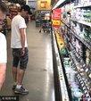 影帝布劳迪白T短裤现身超市购物 挑选商品满载而归_娱乐组图