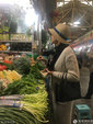 好贤惠!蒋雯丽低调现身菜市场专心挑菜 亲和力十足_娱乐组图
