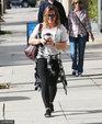 希拉里・达夫白衣黑裤腰间系衬衫健身 边走边喝咖啡与好友热聊_娱乐组图