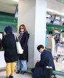 Ella素颜现身机场戴着花围巾 一路紧跟老公小鸟依人_娱乐组图