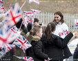 凯特王妃现身拜访某小学 与孩子们亲切交流挺孕肚垫脚蹲着聊天_娱乐组图