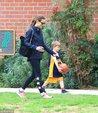 詹妮弗加纳陪儿子公园打篮球 黑超遮面素颜气色不佳_娱乐组图