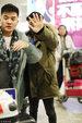 王宝强形色匆匆现身机场 口罩遮面挥手挡镜不让拍_娱乐组图
