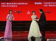 74岁的李谷一穿薄纱裙登台献艺 与66岁的唐国强互动有爱_活动现场