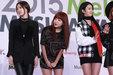 女团APINK全黑look现身时装秀发布会 造型干练秀美腿_韩国女明星