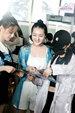 吴宣仪孟美岐杨超越现身机场 举应援手幅实力宠粉笑容甜_娱乐组图