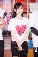 Baby穿红心T恤清纯可人 做公益与学生踢球_活动现场