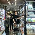 陈学冬逛超市被偶遇 白衣黑裤十分休闲阳光_娱乐组图