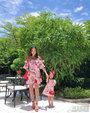 关颖身穿印花裙携儿女出游 手牵女儿美腿吸睛_娱乐组图