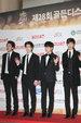 CNBLUE帅气亮相记者发布会 全黑Look堪称行走的衣架_韩国男明星