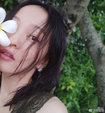 张韶涵穿蕾丝露肩连衣裙 手拿花朵清新又唯美_中国女明星