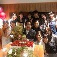 AKB48新老成员为秋元康庆生 场面气氛热闹_娱乐组图