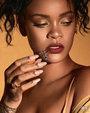蕾哈娜硬照气场强大 金色吊带露巧克力色皮肤_欧美明星