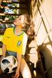 赵露思发文助威世界杯 足球女孩运动装扮明亮活力_娱乐组图