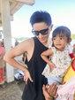韩庚与泰国小女孩摆同款pose 场面很是童趣_娱乐组图