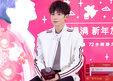 王源白衣造型亮相品牌活动活力满满 彰显先锋时尚态度_娱乐组图