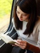 高圆圆安静看书 美得毫不费力-中国女明星