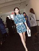 娜扎时装周看秀 印花套装清新优雅气质出众-中国女明星