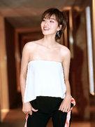 冯文娟秀玉背 笑容灿烂如暖阳-中国女明星