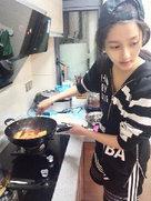 关晓彤示范如何做好闺女 素颜给家人做饭-中国女明星