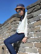 龚蓓�一身休闲装扮登长城-中国女明星