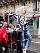 王鸥雨中漫步巴黎街头 简约清爽-中国女明星