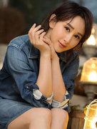 胡静笑眼迷人如沐阳光 露修长美腿实力抢镜-中国女明星