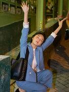 周冬雨街头放飞自我 摆搞怪pose精灵古怪-中国女明星