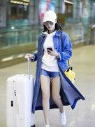 王智现身显少女活力 蓝白搭配实力秀美腿-中国女明星