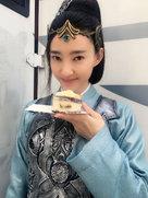 吃货本色!王丽坤偷吃蛋糕被抓现行-中国女明星