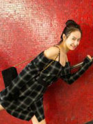 宋茜放飞自我晒街拍 嘟嘴捂脸秀美腿-中国女明星