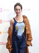 蔡依林涂性感红唇 半搭外套秀完美线条-中国女明星