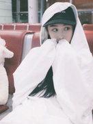 张馨予白色毛绒上衣少女心爆棚-中国女明星