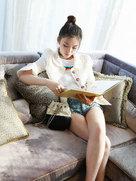 林允倚靠沙发看书 秀白细长腿坐姿妖娆-中国女明星