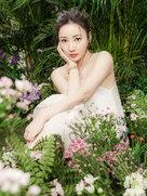 柳岩置身丛林与鹦鹉同框 飘逸淡妆仙气十足-中国女明星
