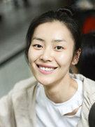 刘雯扎丸子头少女感爆棚 对镜头露迷人笑容-中国女明星