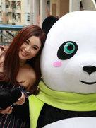 温碧霞穿条纹裙秀香肩 惊传与丈夫分居但很开心享受当下-中国女明星