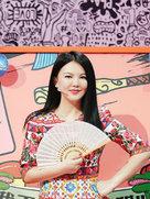 李湘瘦身后一袭碎花长裙亮相 手持香扇女人味十足-中国女明星