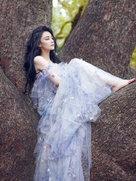 张馨予化身森林系精灵 置身静谧的盛夏-中国女明星
