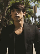 韩国男星Rain街头拍写真 散发成熟魅力-韩国男明星