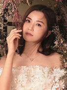 阿Sa拍大片大秀香肩甜美可人 坠入花丛似仙子-广告大片