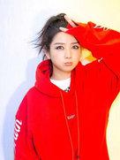 何洁对镜头嘟嘴卖萌狂甩表情包 穿红衣俏皮似少女-中国女明星